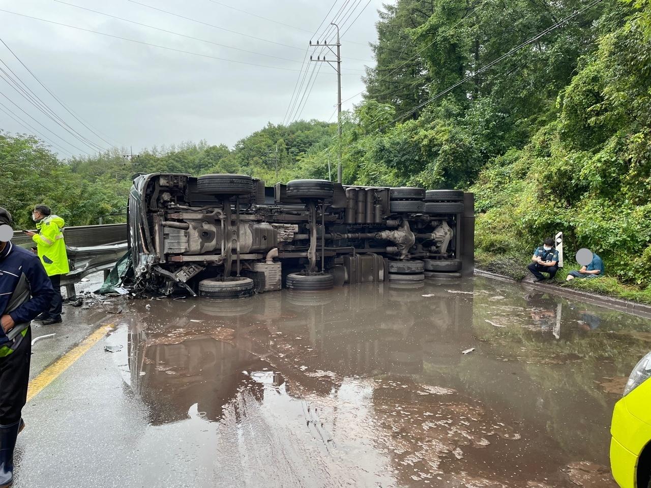 [단양 국도 5호선에서 25톤 화물차 전도, 폐기물 찌꺼기 쏟아져] 뉴스 이미지