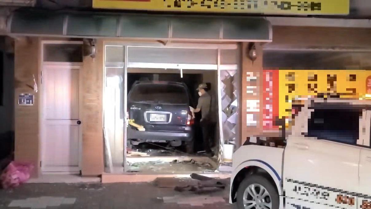 [식당으로 차량 돌진..흉기 들고 대치하다 체포] 뉴스 이미지